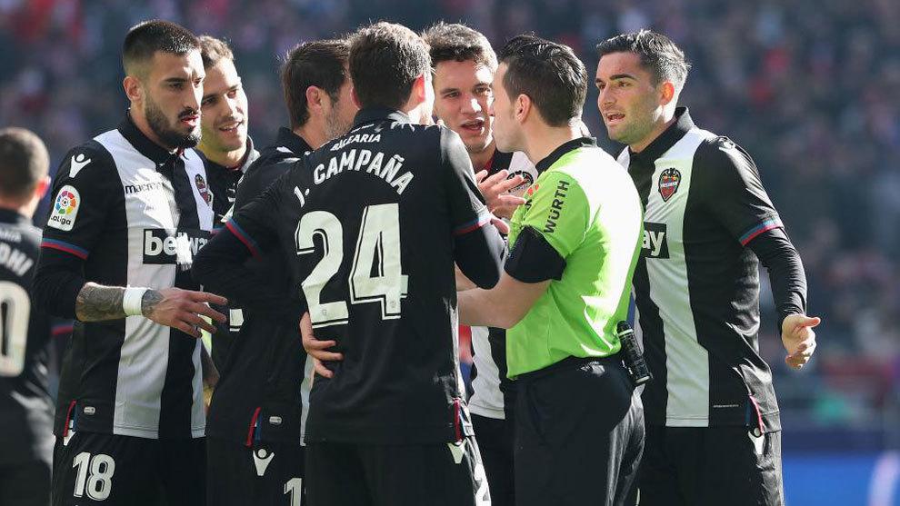 El Levante presenta una queja formal por el penalti de Vukcevic que señaló el VAR