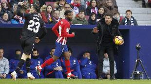Diego Pablo Simeone pide calma a sus jugadores durante el partido ante...