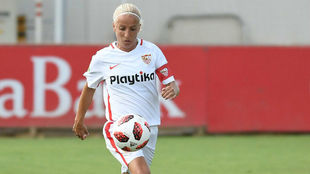 Alicia Fuentes conduce un balón durante un partido esta temporada.
