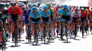 El pelotón, durante el ritérium del Tour Down Under, ayer domingo.