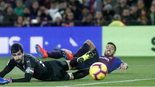 Luis Suárez y Riesgo ven desde el suelo cómo entra el balón en la...