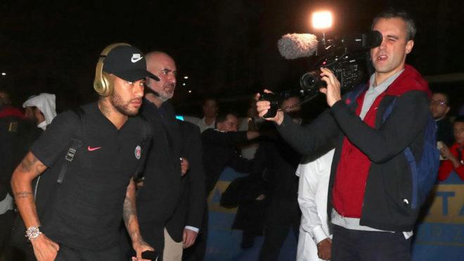 Neymar, a su llegada a Doha.