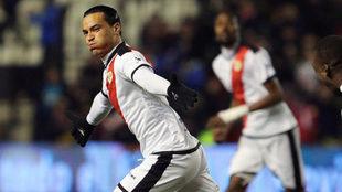 Raúl de Tomás celebra un gol con el Rayo.
