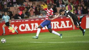 Dorado pugna con Adrián Ramos en el Granada-Rayo.