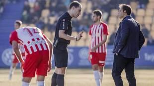 El árbitro Gorostegui Fernández se dirige a Fran Fernández en Santo...