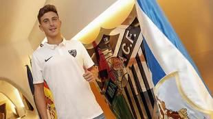 Pau Torres posa delante de la bandera del conjunto blanquiazul