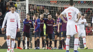 Los jugadores del Eibar se lamentan tras un gol en el Camp Nou.