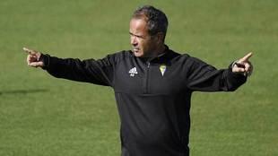 Álvaro Cervera gesticula en un entrenamiento del Cádiz CF