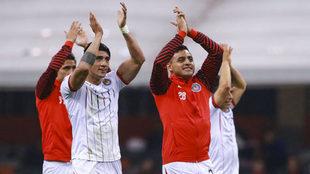 Los rojiblancos aplauden a la afición en el Estadio Azteca