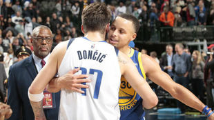 Doncic saluda a Curry al final del partido