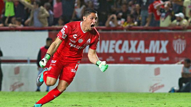 Hugo González celebra con euforia un gol del Necaxa.