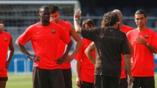 Touré, con Piqué y Márquez en un entrenamiento del Barça