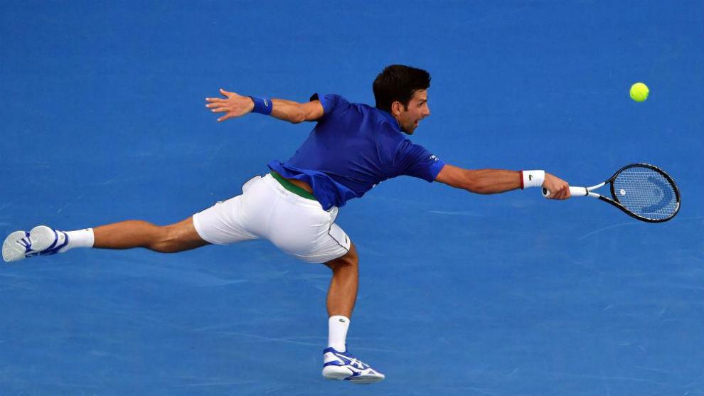 Djokovic se estira para llegar a una pelota