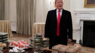 Trump recibe un equipo universitario en la Casa Blanca con Burger King...