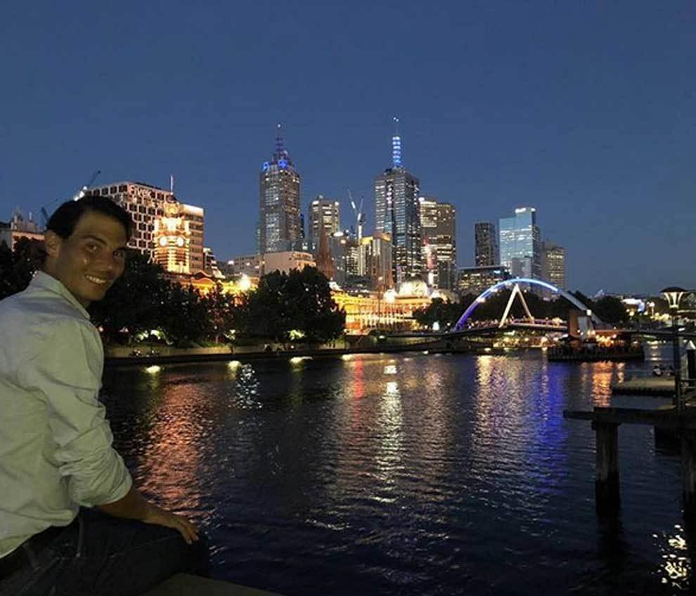 Rafa Nadal se fotografía en la noche de Melbourne
