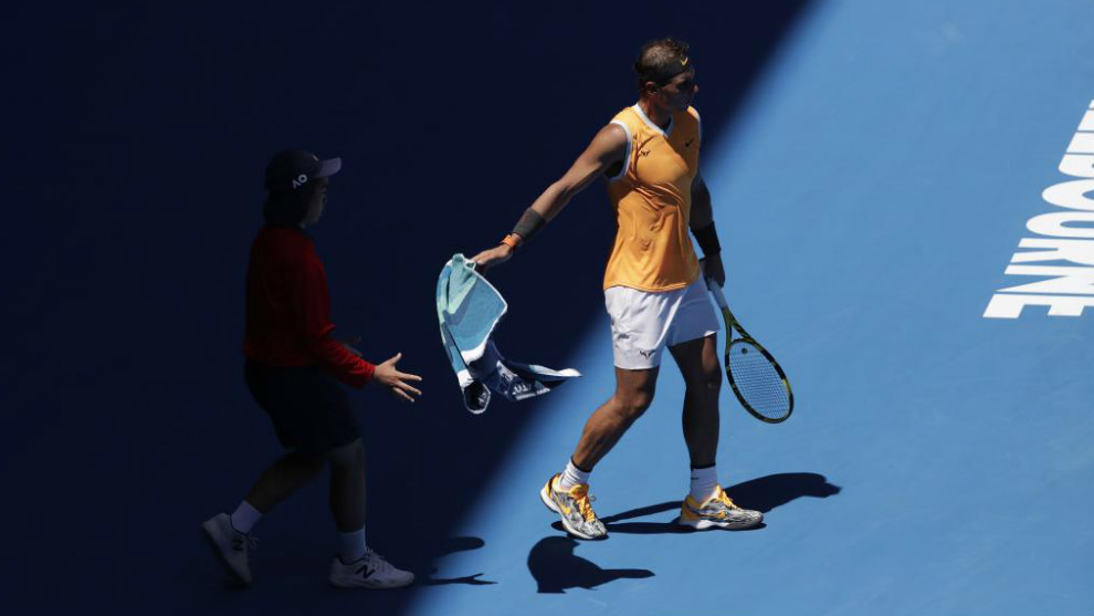 Rafael Nadal se dispone a jugar un punto en el Open de Australia