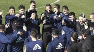 La plantilla del Cádiz brinda con su técnico en el último...