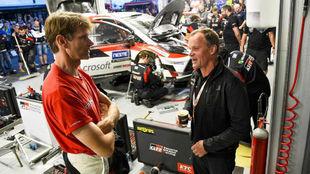 Pie: El bicampeón finlandés junto al director del equipo asiático,...