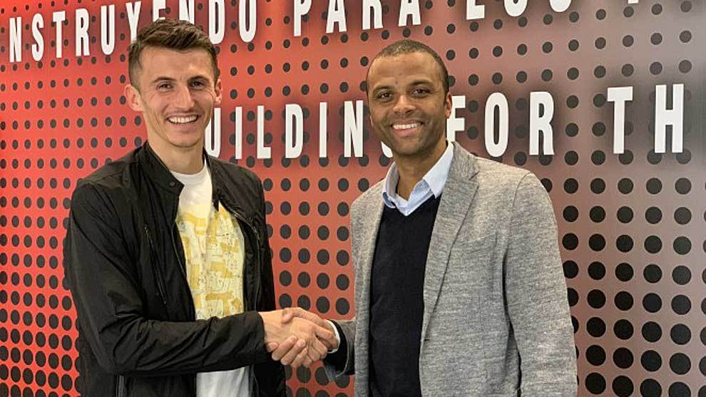 Ante Budimir saluda a Maheta Molango en la sede del club bermellón