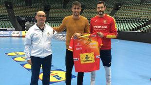 Javi Martínez recibe una camiseta de los 'Hispanos' de...