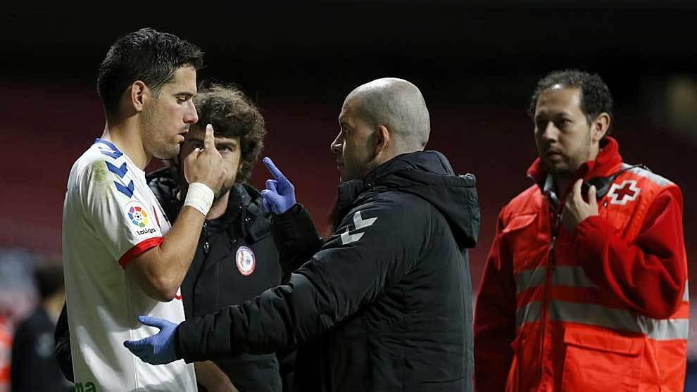 Jorge García, tras recibir un golpe en el partido ante el Sporting en...
