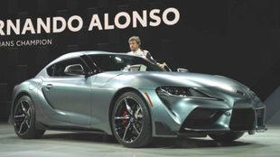 Fernando Alonso presenta el nuevo Toyota Supra en Detroit.
