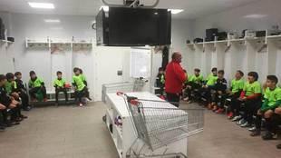El gran Pepillo enseñando el vestuario del primer equipo a los...