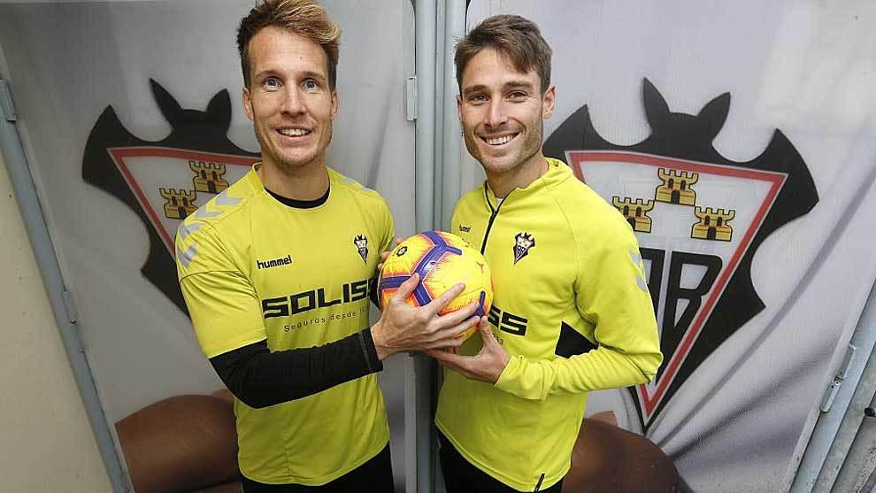 Néstor Susaeta y Jon Erice posan para MARCA con un balón