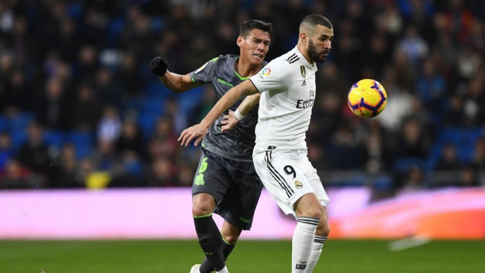Héctor Moreno defiende a Karim Benzema, en el partido en el...