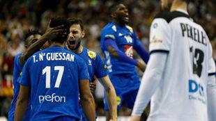 N'Guessan celebra junto a sus compañeros el tanto del empate...