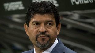 Pepe Cardozo en la banca de Chivas durante el duelo ante Cafetaleros.