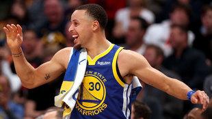 Stephen Curry celebra una de las canastas de los Warriors