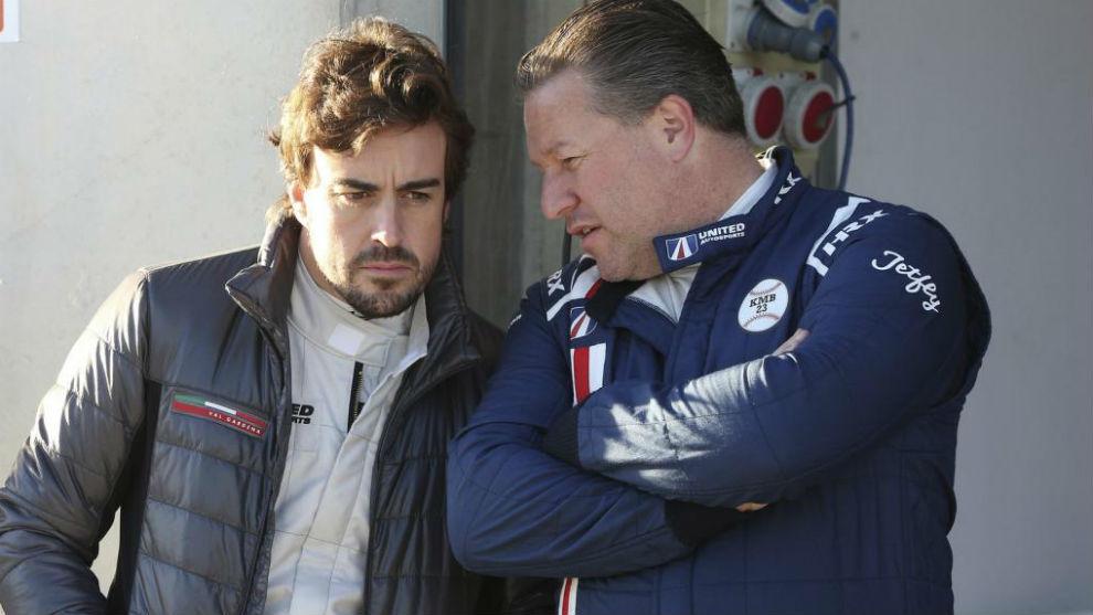 Alonso junto a Zak Brown.