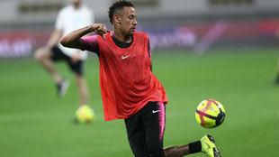 Neymar, con el balón en el entrenamiento de ayer en el Khalifa...