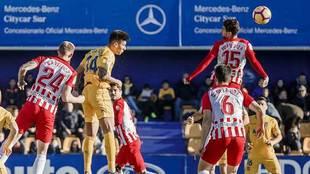 Saveljich y Juan Ibiza saltan con Eddy Silvestre durante el partido de...