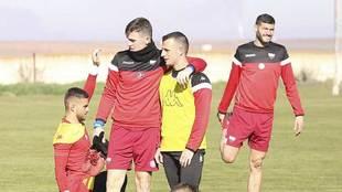 Borja García abraza a Álex Díez en un entrenamiento de la semana...