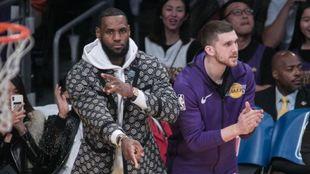 LeBron James celebra una canasta de los Lakers desde el banquillo.