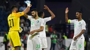 Los futbolistas de Arabia Saudí se abrazan tras celebrar un gol...