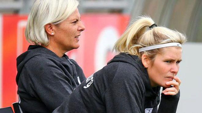 Imke Wübbenhorst, a la derecha de la imagen, observa a sus jugadores.