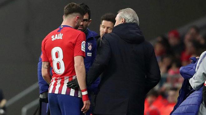 Saúl se marcha lesionado del partido contra el Girona.