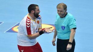 El jugador macedonio Stoilov se queja ante un árbitro.