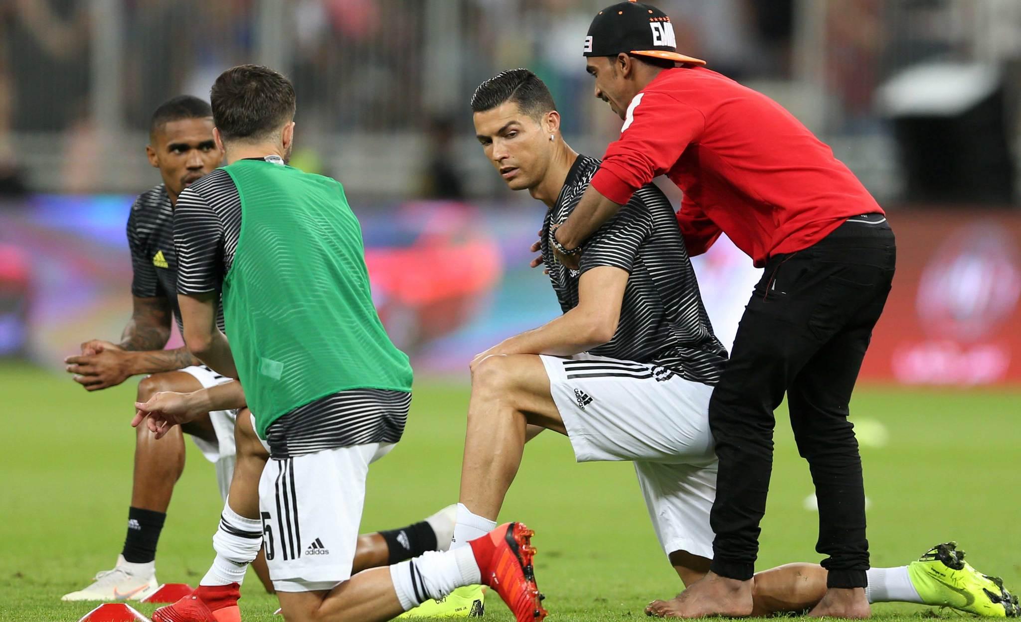 Un espontáneo saltó al terreno de juego para abrazar a Cristiano Ronaldo en Arabia Saudí