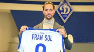 Fran Sol posa con la camiseta del Dinamo de Kiev durante su...