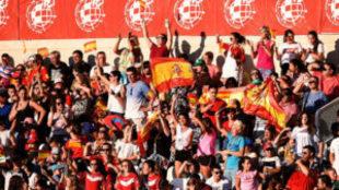 Aficionados viendo un partido de la selección española femenina.
