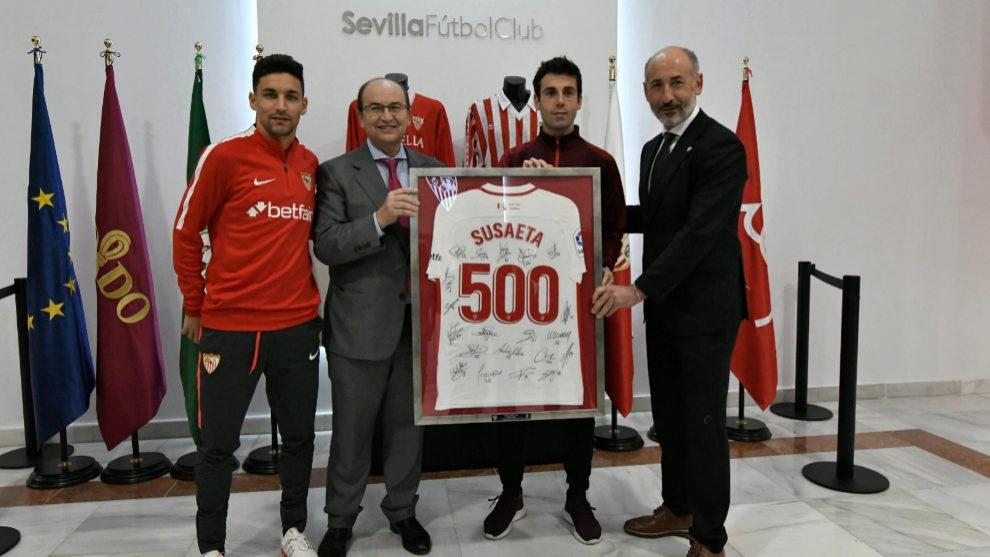 Susaeta recibe el homenaje del Sevilla en el partido de Copa.
