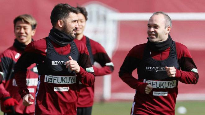 David Villa alongside Andres Iniesta in his first Vissel Kobe training...