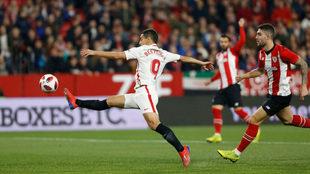 Ben Yedder golpea un balón durante el Sevilla-Athletic de Copa.