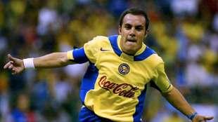 Cuauhtémoc Blanco festeja un gol en el Estadio Azteca en 2005
