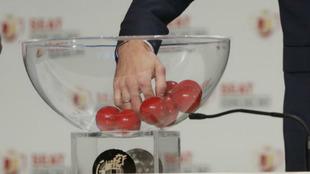 Extracción de una de las bolas durante un sorteo de Copa del Rey