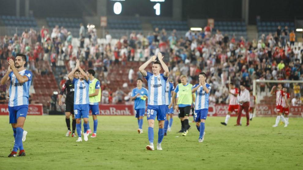 Los jugadores del Málaga aplauden a la afición